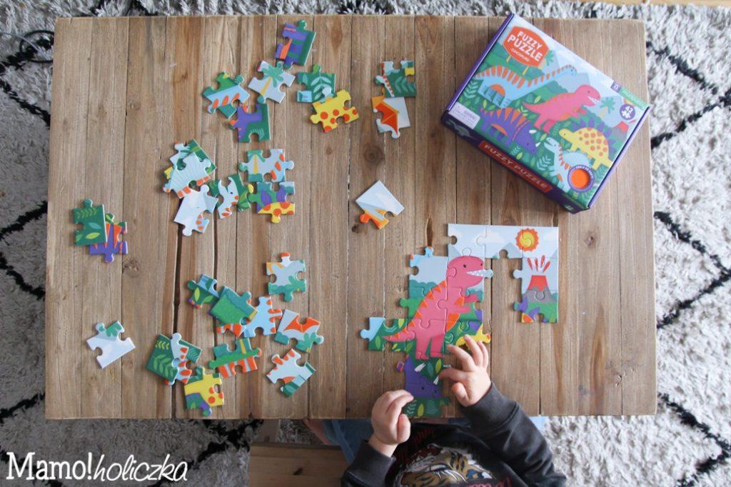 puzzle, dziecko, zabawa, stół drewniany, mudpuppy